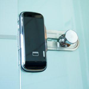 kontrol-dostupa - Электронный замок для стеклянных дверей Samsung SHS-G517X - Двухригельный электронный замок предназначенный специально для стеклянных дверей. Замок накладной, крепится на двери с помощью монтажной пластины. Замок открывается путем ввода цифрового кода, прикладывания RF-карты или их комбинации. Устройство устанавливается на любые типы беcкаркасных стеклянных дверей толщиной от 8 до 13 мм с ручками любой конфигурации. Замок оснащен функциями автоповорота изображения на сенсорной наборной панели, защиты от подбора кода. Имеет встроенную сигнализацию, противопожарный датчик, индикацию разряда батареек. В комплекте: замок, инструкция, силиконовый адаптер, пластиковый адаптер, комплект батареек, RF-брелок- 2 шт., сенсорный датчик - primcam.ru - primcam_ru - примкам - videonabludenie vladivostok